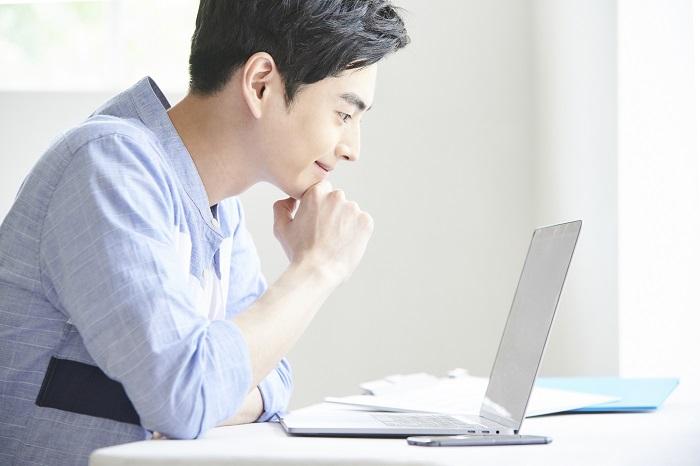サラリーマンの副業おすすめ12選!月5万以上稼ぐ方法と副業を成功させる秘訣も紹介!